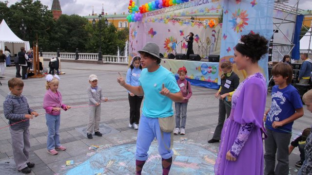 Юные участники конкурса телеканала «Карусель» разукрасили Манежную площадь