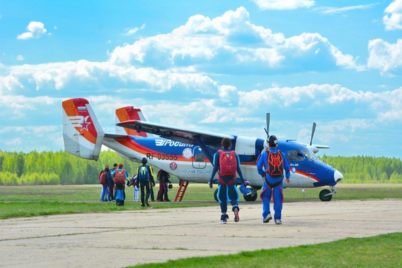 Подготовка к прыжку на аэродроме Борки в Тверской области. Фото: Ivan Negin / Shutterstock