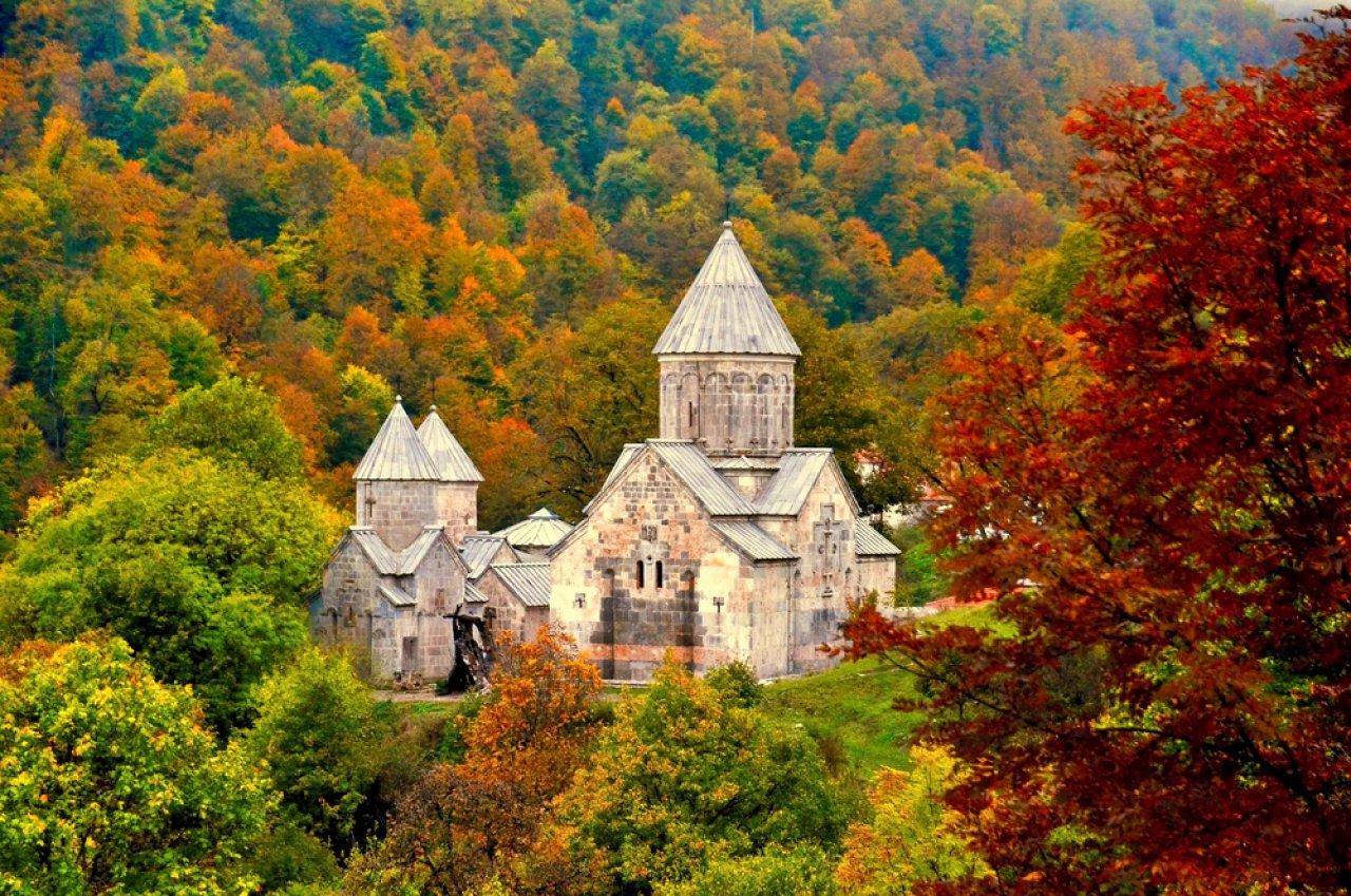 Монастырь Агарцин, расположенный неподалеку от Дилижана, в лесистой долине Иджеванского хребта, Армения. Фото: Lusine / Shutterstock