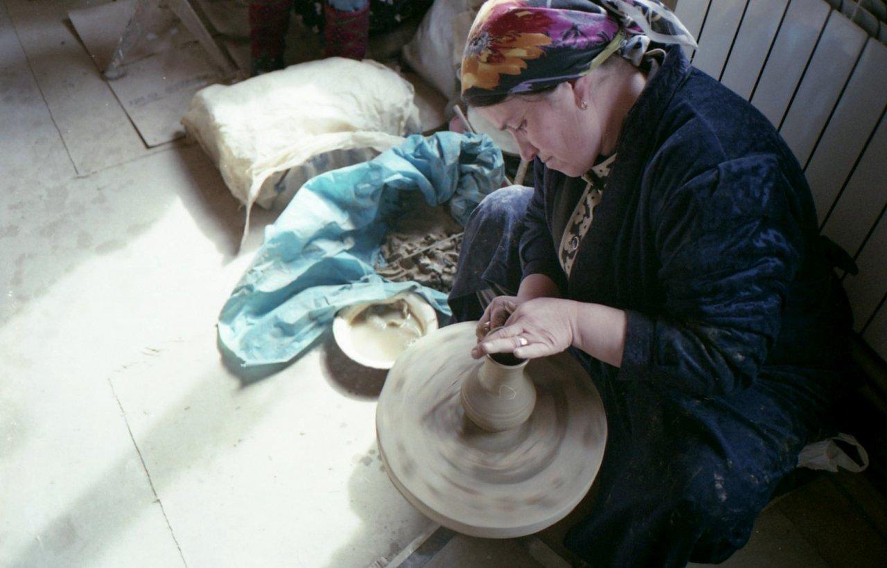 Женщина за гончарным кругом на балхарском комбинате керамических изделий