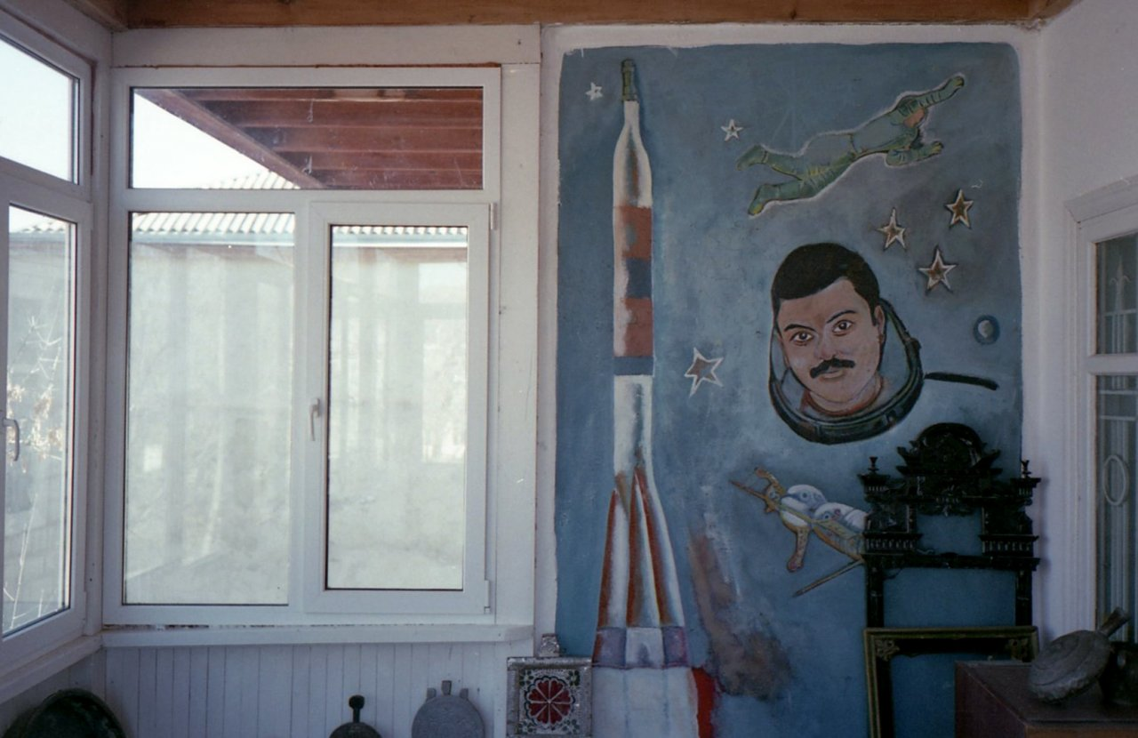 Портрет Мусы Манарова на стене краеведческого музея Кумуха