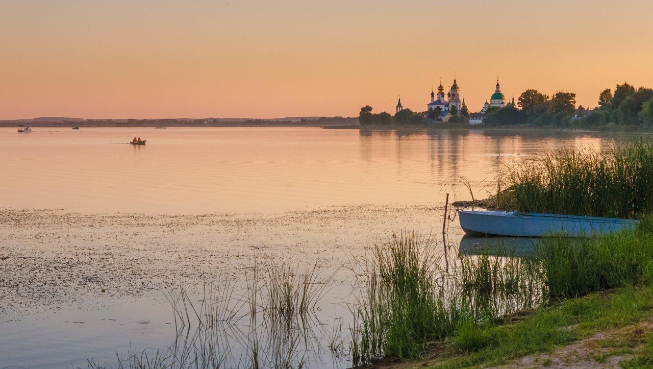 Закат над озером Неро, Ростов Великий. На заднем плане — Спасо-Яковлевский монастырь. Фото: Alfiya Safuanova / Shutterstock