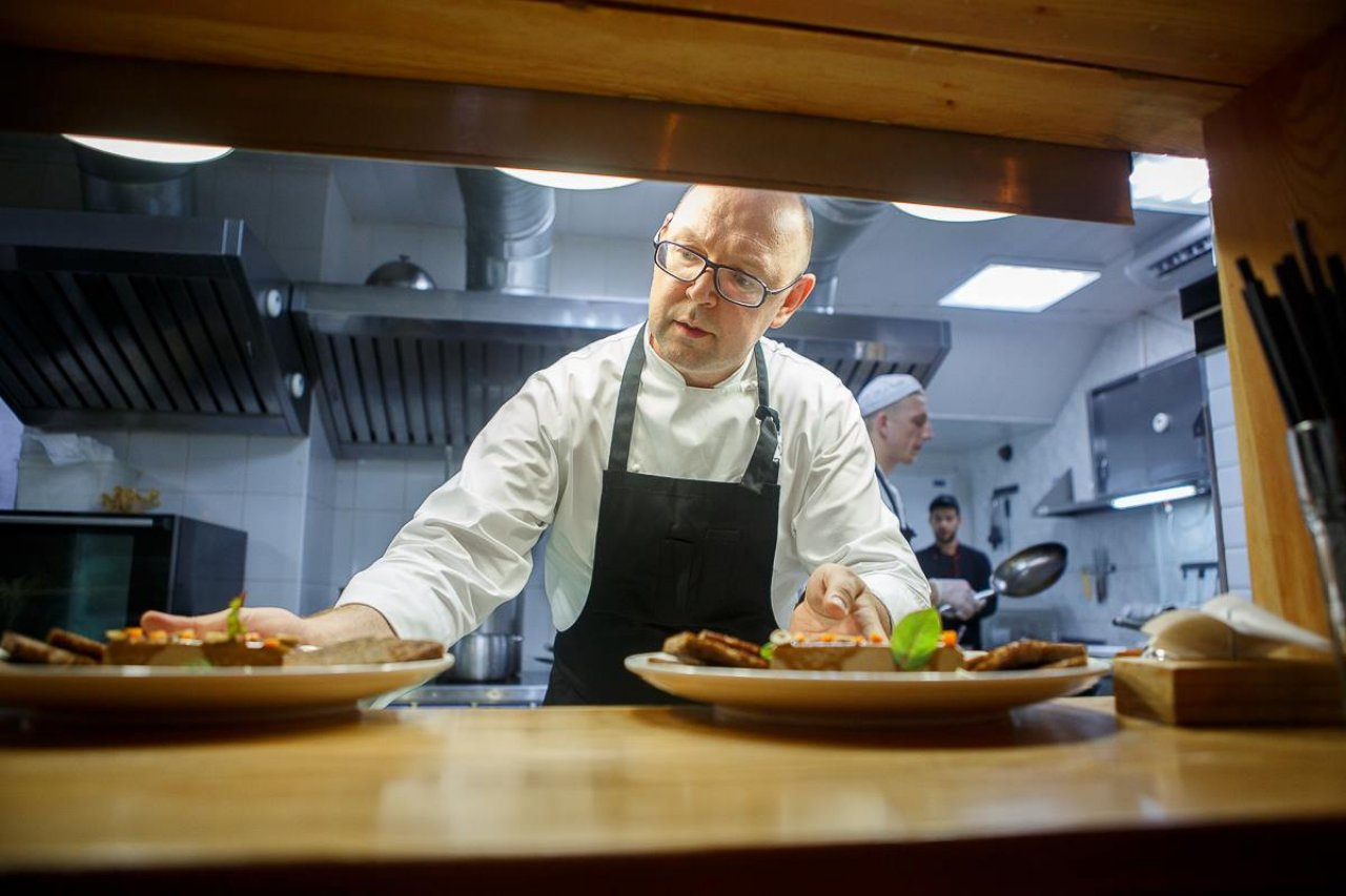 Шеф-повар ресторанов «The Печь» и «Угли-Угли» Андрей Матюха за работой