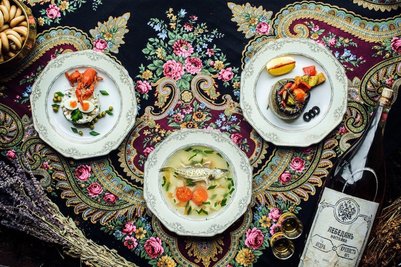 Меню ресторации — сочетание французской кухни и традиционных русских блюд. Одно из них — уха из бирюка — любимое кушанье Петра I