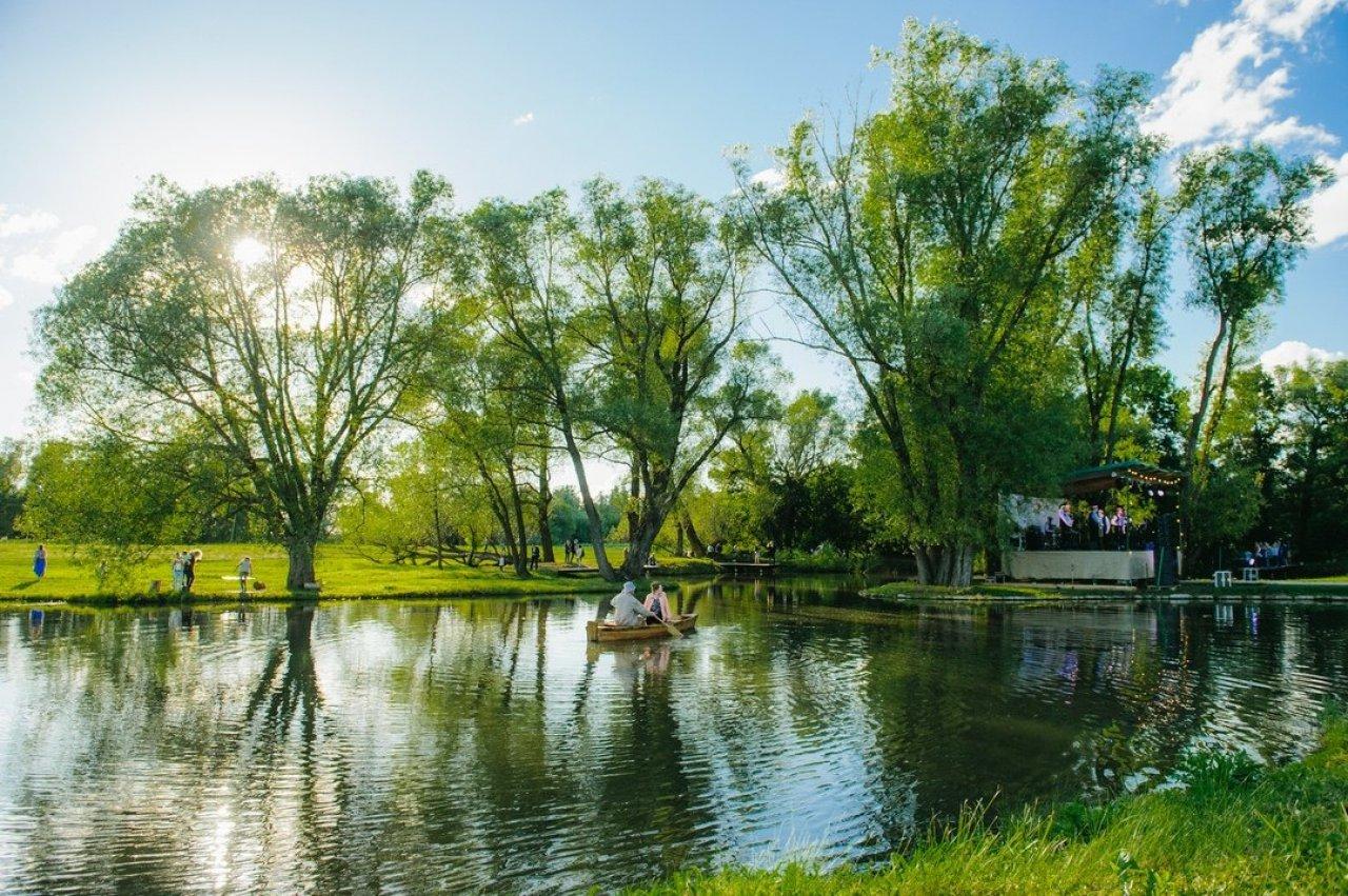 Раскидистые деревья, живописные пристани и крохотные полуостровки создают неповторимый ландшафт. Его дополняют небольшие лодочки, на которых можно совершить приятную прогулку