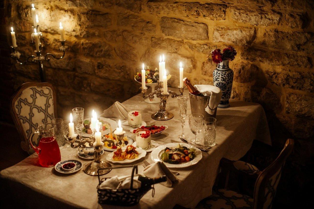 По вечерам в ресторации зажигаются свечи. Это непременный атрибут усадебных ужинов