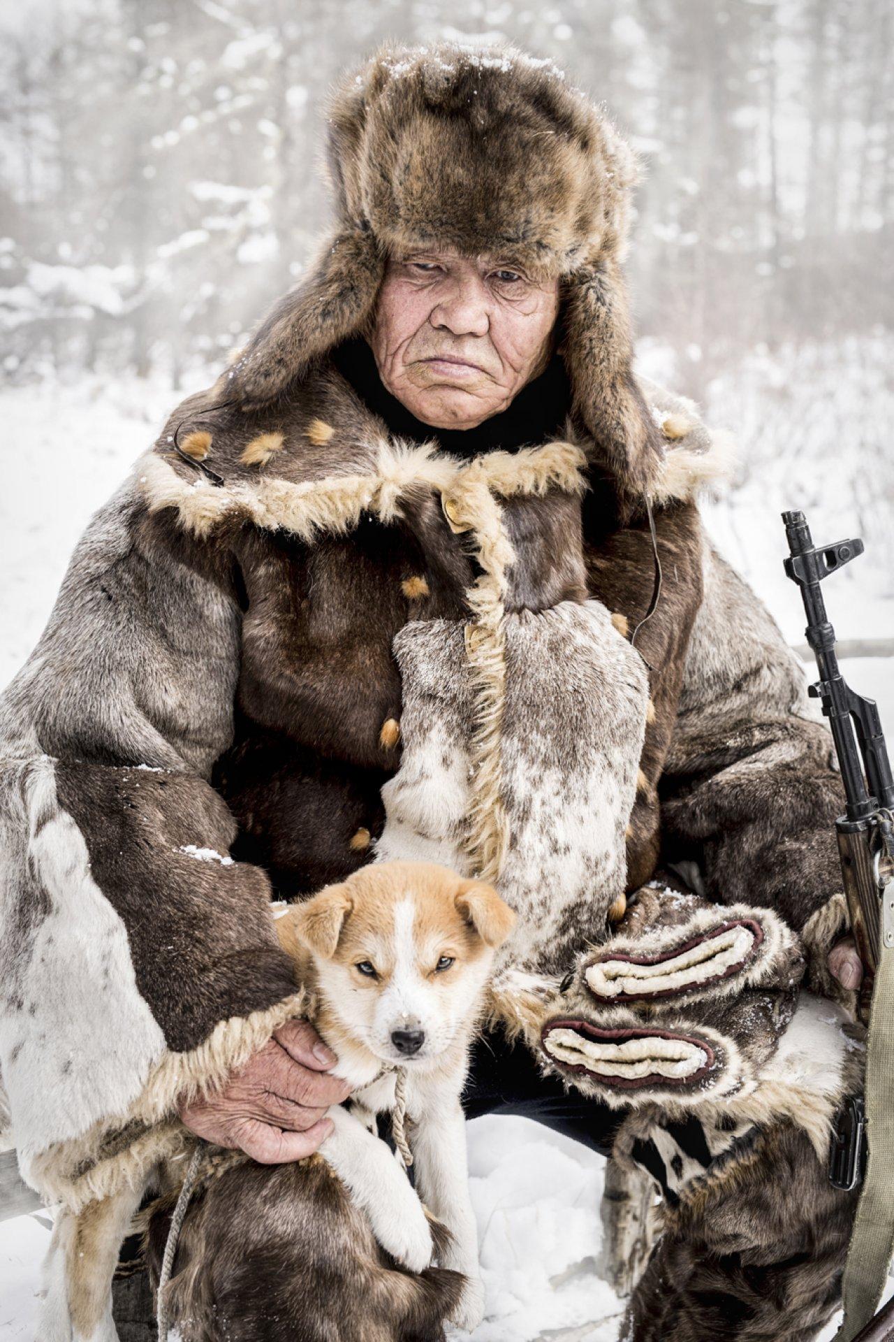 Эвенкийский старейшина, охотник и бывший оленевод, который оставил свой пост три года назад. Ему сложно адаптироваться к жизни в деревне, где очень шумно и грязно. Фото: © Alexander Khimushin / The World In Faces