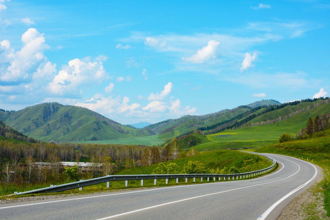 Чуйский тракт — одна из самых красивых дорог России. Фото: oroch / Shutterstock