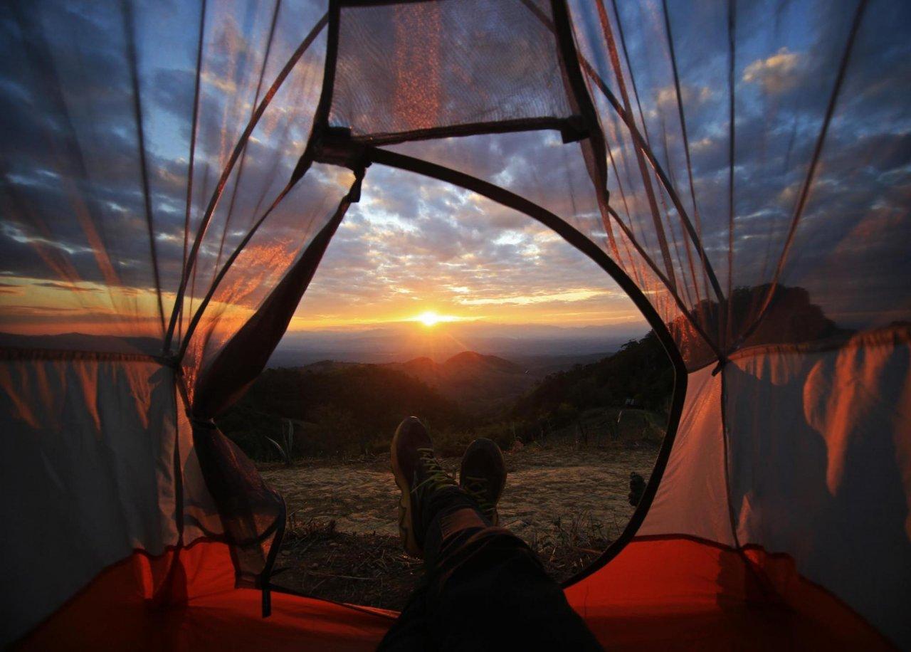 Возможность поставить палатку с видом на закат — одно из главных преимуществ горных походов. Фото: noppawan leecharoenphong / Shutterstock