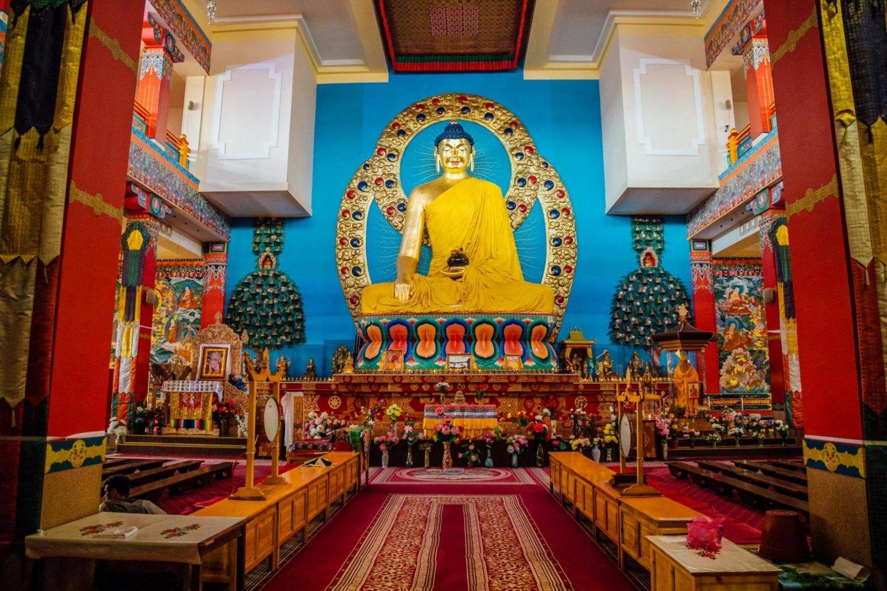Интерьеры дацана «Золотая обитель Будды Шакьямуни» вЭлисте. Фото: Vladimir Mulder / Shutterstock