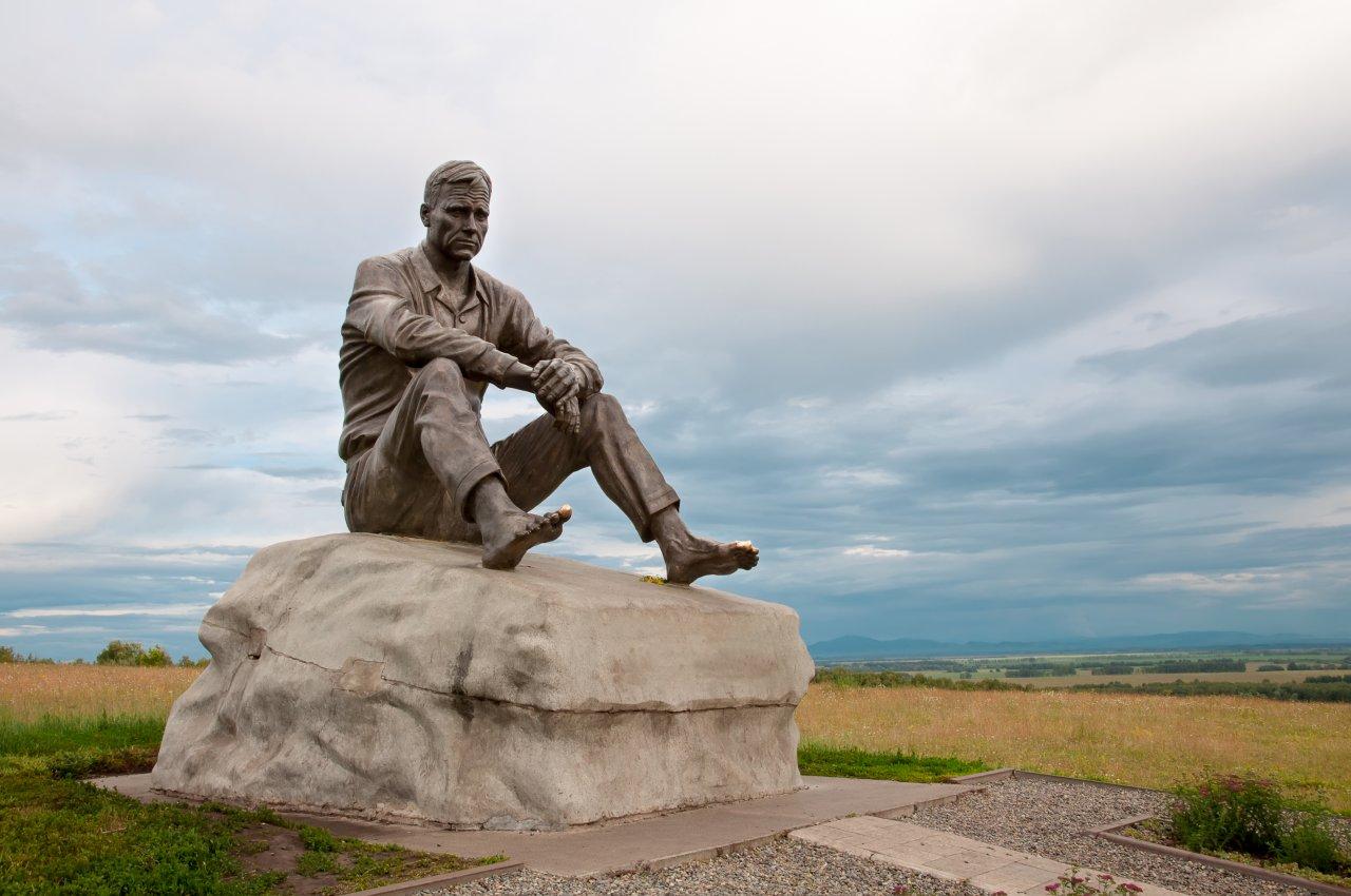 Памятник Василию Шукшину в селе Сростки. Фото: moritorus / Shutterstock