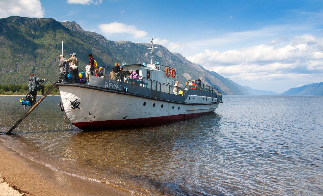 «Пионер Алтая» катает туристов по Телецкому озеру. Фото: Daniel Prudek / Shutterstock