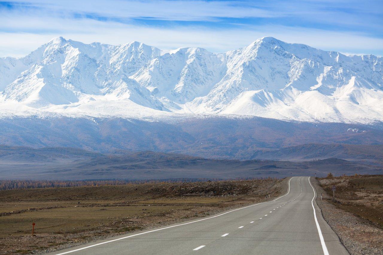 Чуйский тракт. На заднем плане Северо-Чуйский хребет. Фото: De Visu / Shutterstock