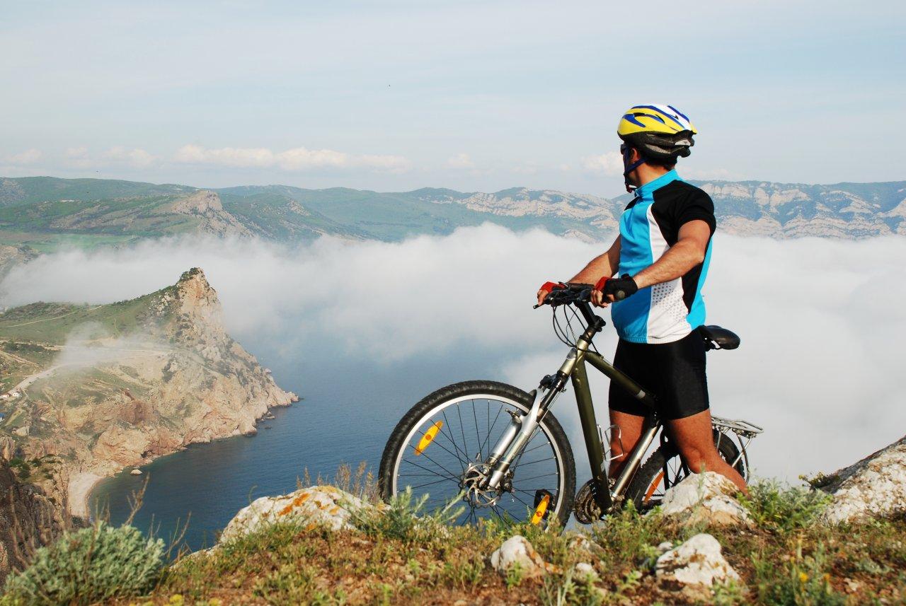 Крым идеально подходит и для начинающих велопутешественников, и для опытных спортсменов. Фото: yurii.repalo / Shutterstock