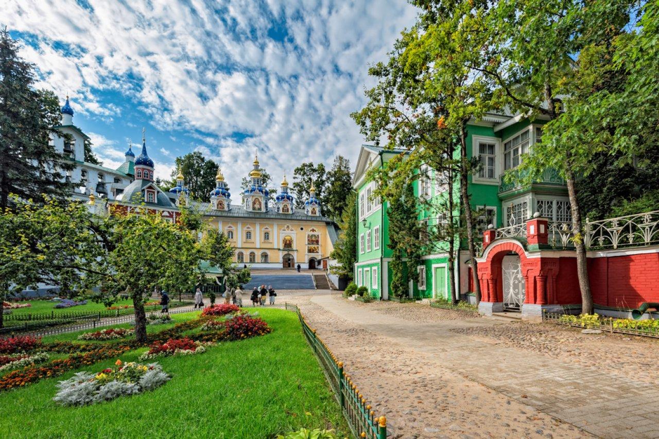 Псково-Печерский монастырь — один из самых крупных в России мужских монастырей