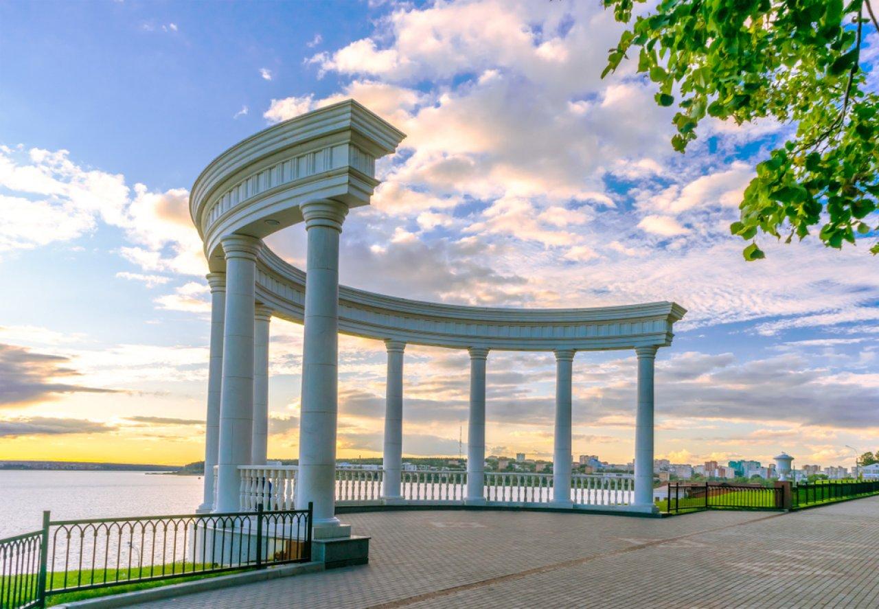 В рамках реконструкции набережной Ижевска была полностью перестроена ротонда Летнего сада.  Это точная копия беседки «Ореанда» в Ессентуках. Фото: den781 / Shutterstock